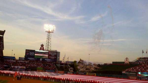 Angel Stadium, secção: 125, fila: U, lugar: 15