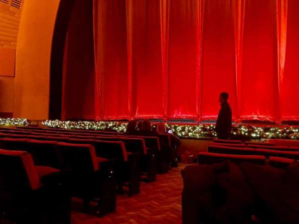 Radio City Music Hall, secção: Orchestra 4, fila: HH, lugar: 413
