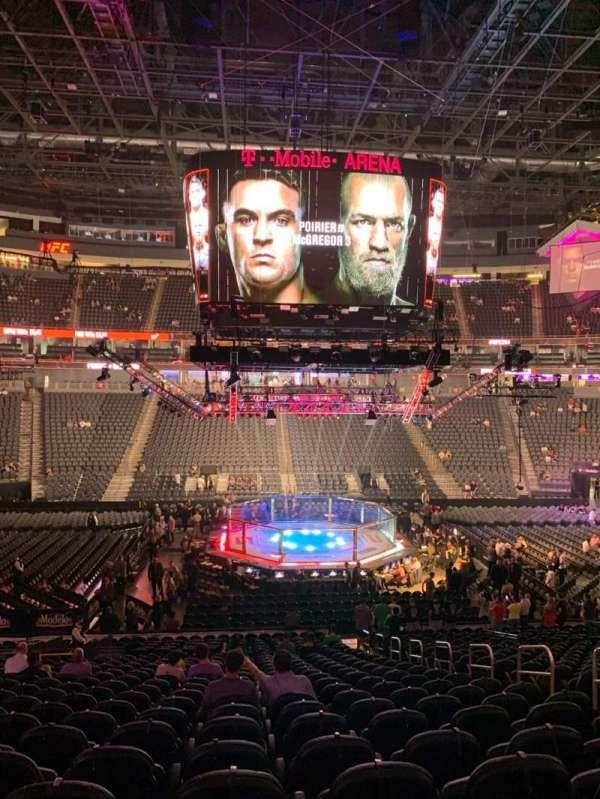 T-Mobile Arena, secção: 5, fila: W, lugar: 17