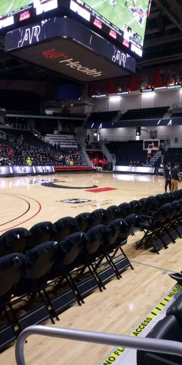 Fifth Third Arena, secção: 106, fila: 2, lugar: 1