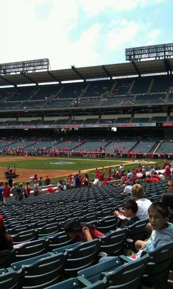 Angel Stadium, secção: 108, fila: w, lugar: 3