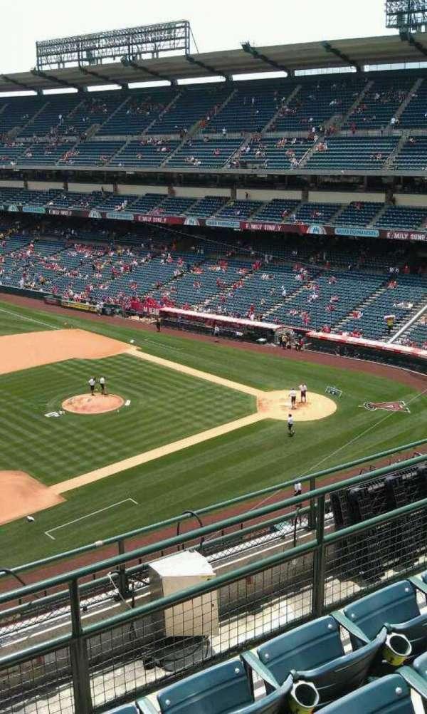 Angel Stadium, secção: V411, fila: f , lugar: 1