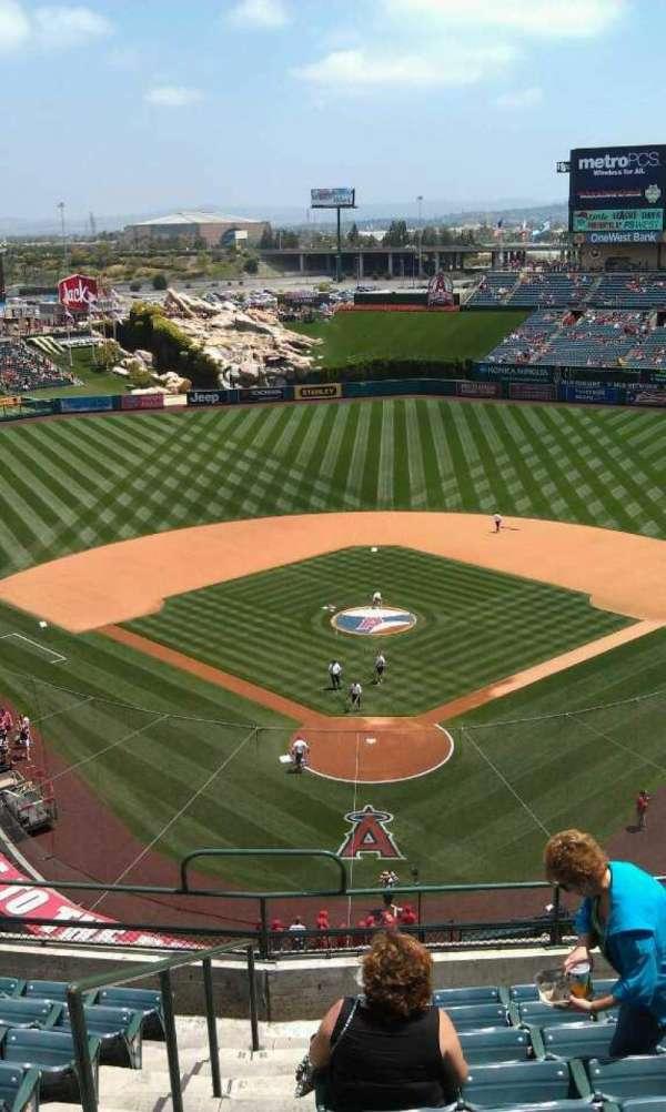 Angel Stadium, secção: V419, fila: j , lugar: 1