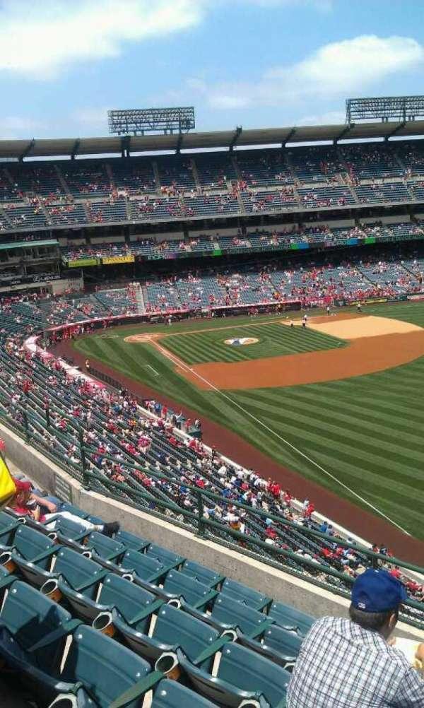 Angel Stadium, secção: V432, fila: f, lugar: 16