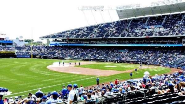 Kauffman Stadium, secção: 212, fila: JJ, lugar: 8