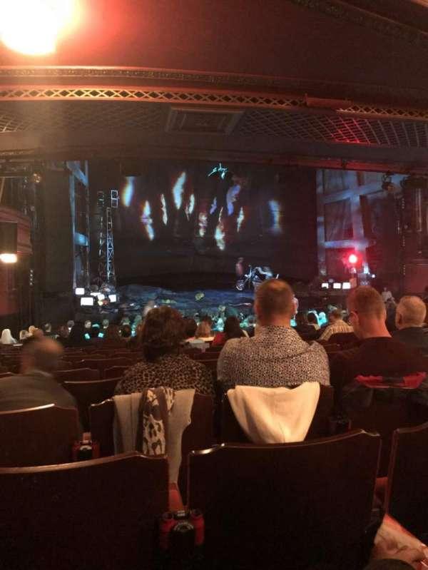 Dominion Theatre, secção: Stalls, fila: X, lugar: 45