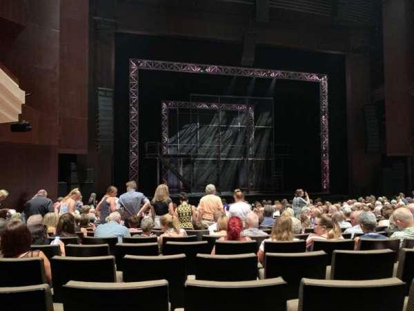 Lyric Theatre at the Queensland Performing Arts Centre, secção: STALLS, fila: M, lugar: 16