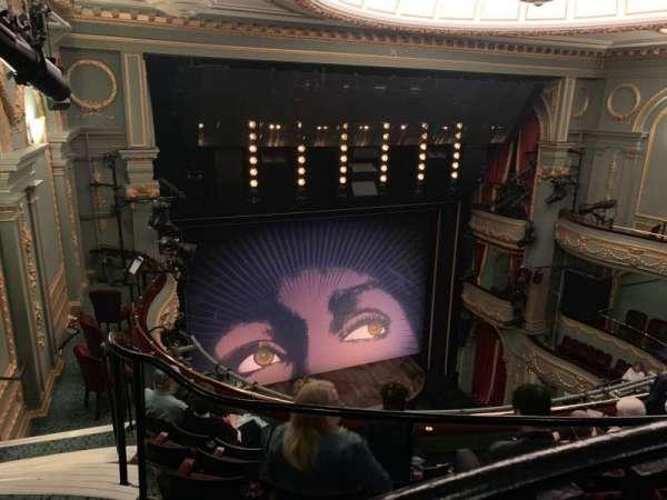 Aldwych Theatre, secção: Grand Circle, fila: E, lugar: 30