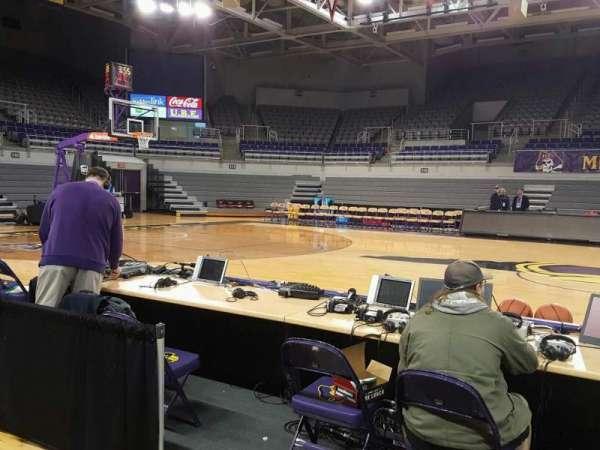 Williams Arena at Minges Coliseum, secção: 106, fila: 1, lugar: 8
