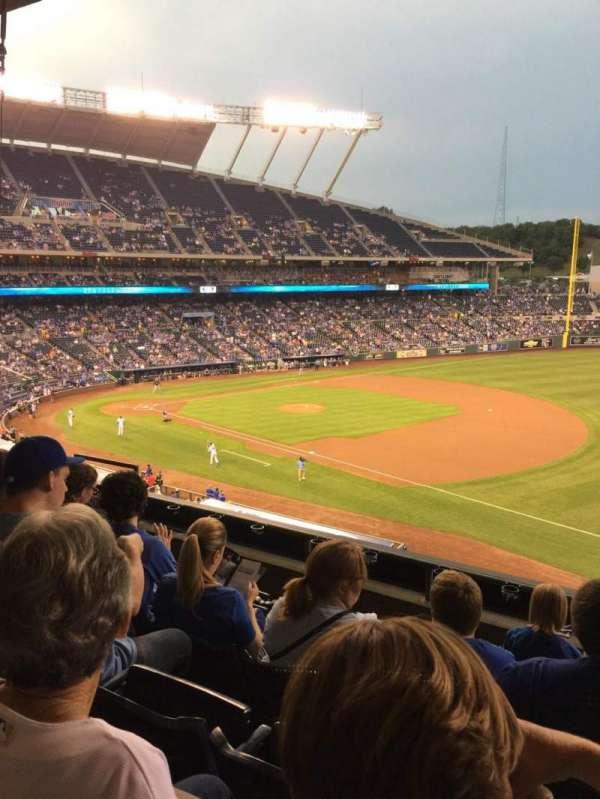 Kauffman Stadium, secção: 321, fila: F, lugar: 10