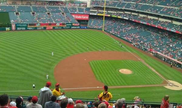 Angel Stadium, secção: V512, fila: H, lugar: 19,20