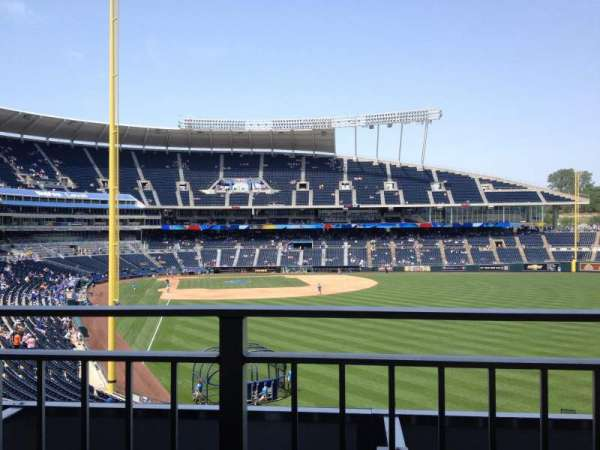 Kauffman Stadium, secção: Rivals Sports Bar, fila: Table 3