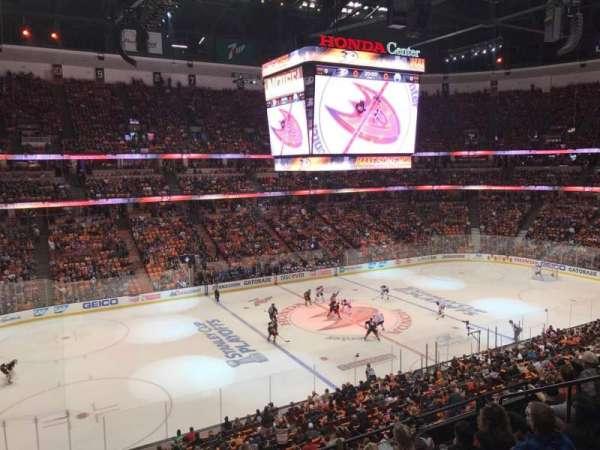 Honda Center, secção: 322, fila: 1, lugar: 2