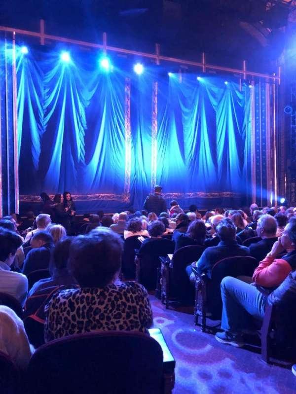 Brooks Atkinson Theatre, secção: Orchestra L, fila: M, lugar: 3