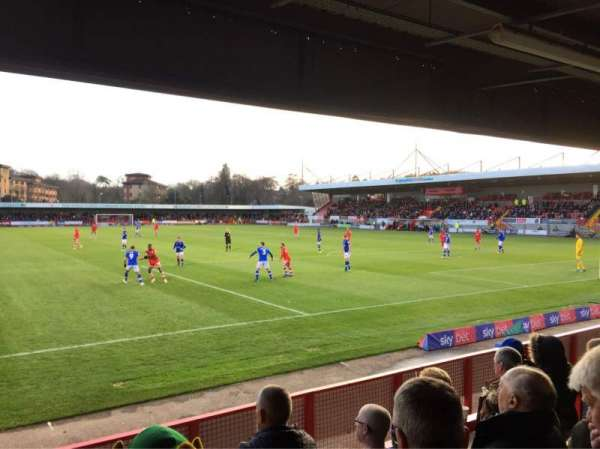 Broadfield Stadium, secção: Away Terrace, fila: Back Row