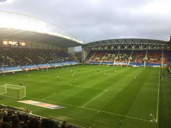 DW Stadium, secção: N2, fila: Y, lugar: 18