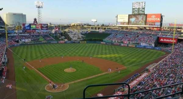 Angel Stadium, secção: V420, fila: D, lugar: 15