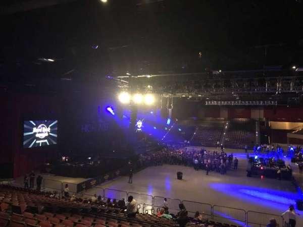 Hard Rock Live at Etess Arena, secção: 212, fila: V, lugar: 1