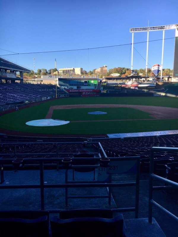 Kauffman Stadium, secção: 231, fila: CC, lugar: 10