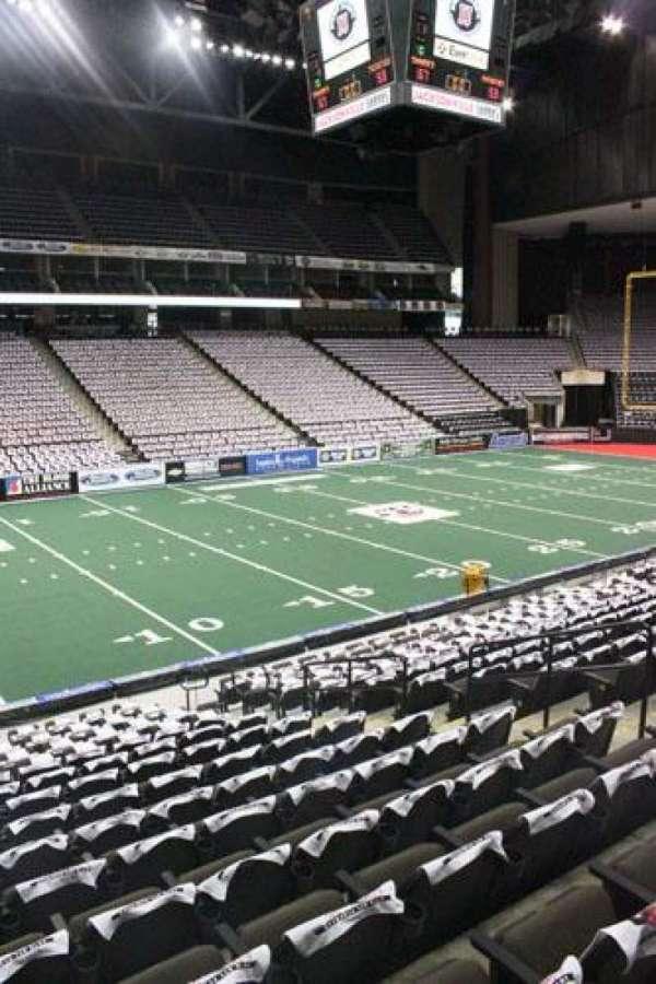 VyStar Veterans Memorial Arena, secção: 105, fila: P, lugar: 9