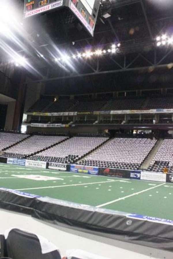 VyStar Veterans Memorial Arena, secção: 113, fila: B, lugar: 6