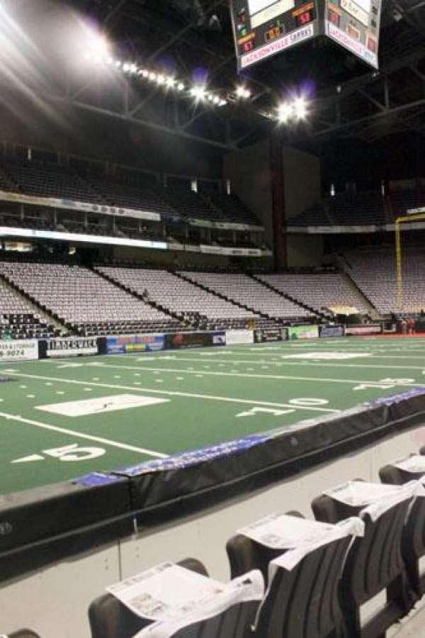VyStar Veterans Memorial Arena, secção: 116, fila: B, lugar: 8