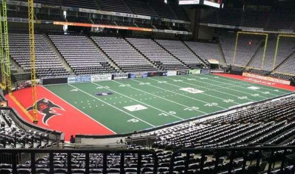 VyStar Veterans Memorial Arena, secção: 117, fila: W, lugar: 8