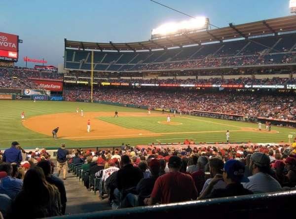 Angel Stadium, secção: 209, fila: A, lugar: 19