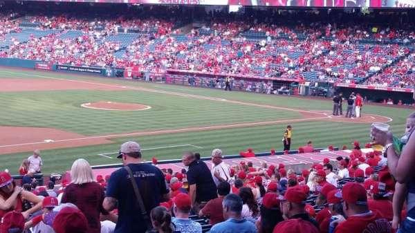 Angel Stadium, secção: 209, fila: A, lugar: 13,14