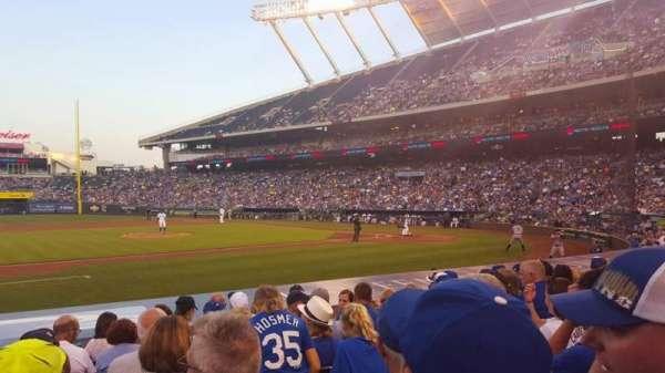 Kauffman Stadium, secção: 120, fila: H, lugar: 1
