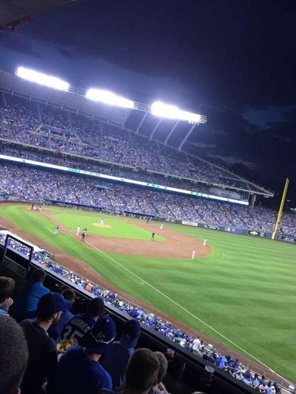 Kauffman Stadium, secção: 325, fila: D, lugar: 10