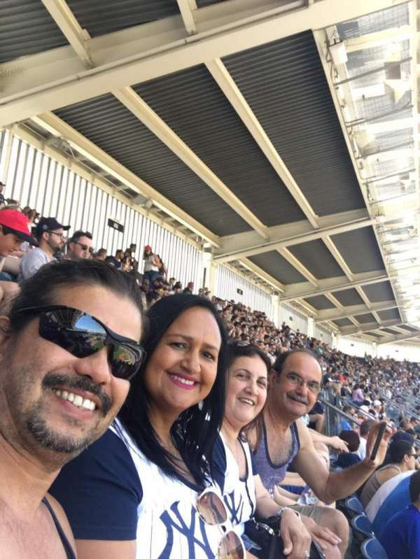 Yankee Stadium, secção: 413, fila: 6, lugar: 9 10 11 12
