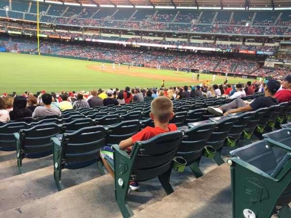 Angel Stadium, secção: F105, fila: V, lugar: 18