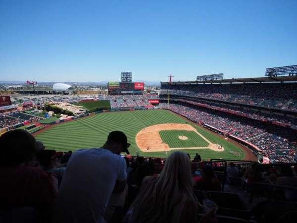 Angel Stadium, secção: V512, fila: L, lugar: 25
