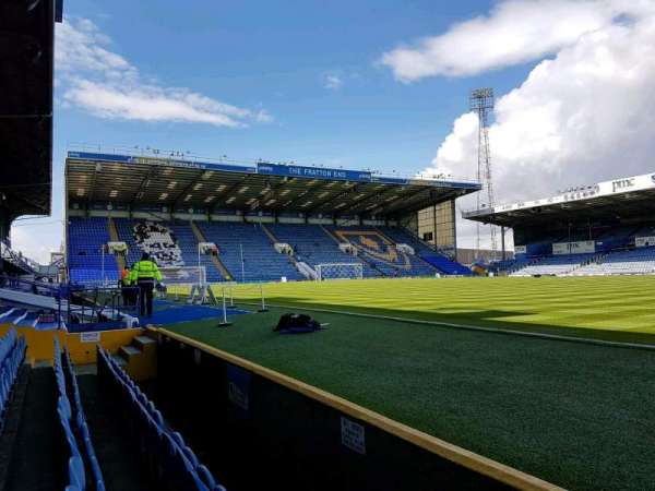 Fratton Park, secção: south stand, fila: w, lugar: 81
