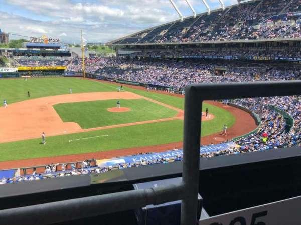 Kauffman Stadium, secção: 305, fila: A, lugar: 12