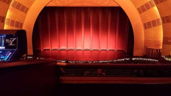 Radio City Music Hall, secção: 2nd Mezzanine 4, fila: B, lugar: 402