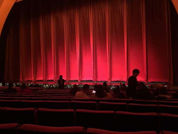 Radio City Music Hall, secção: Orchestra 3, fila: OO, lugar: 301-303