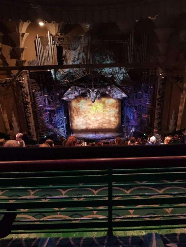 Apollo Victoria Theatre, secção: Circle, fila: Q, lugar: 23