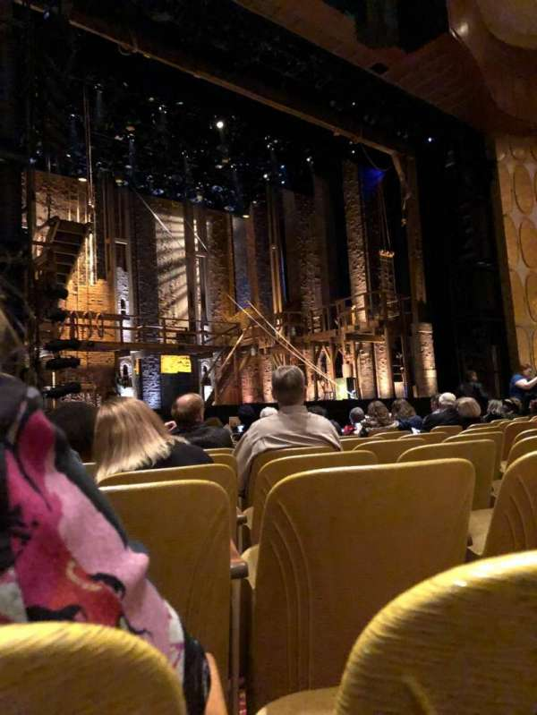 Fisher Theatre, secção: MNLT, fila: J, lugar: 17