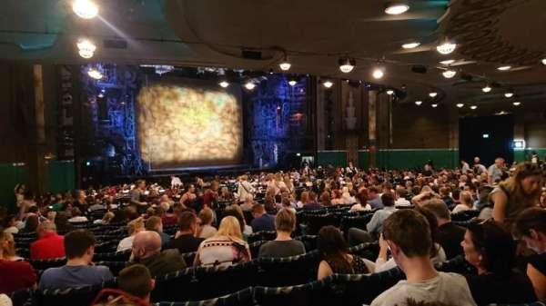 Apollo Victoria Theatre, secção: Stalls, fila: ZE, lugar: 44