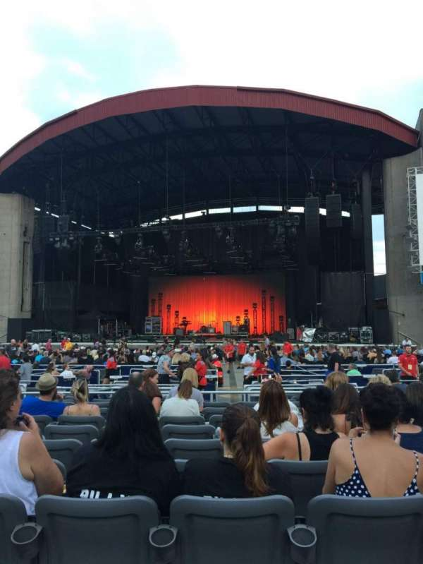 Jones Beach Theater, secção: E, fila: RR, lugar: 13