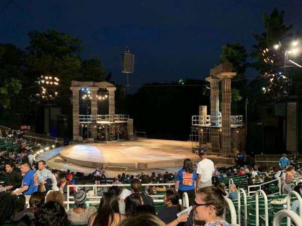 The Delacorte Theater in Central Park, secção: H, fila: S, lugar: 802