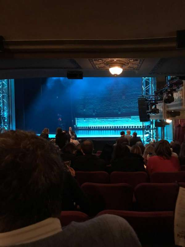 Broadhurst Theatre, secção: Orchestra R, fila: Q, lugar: 18