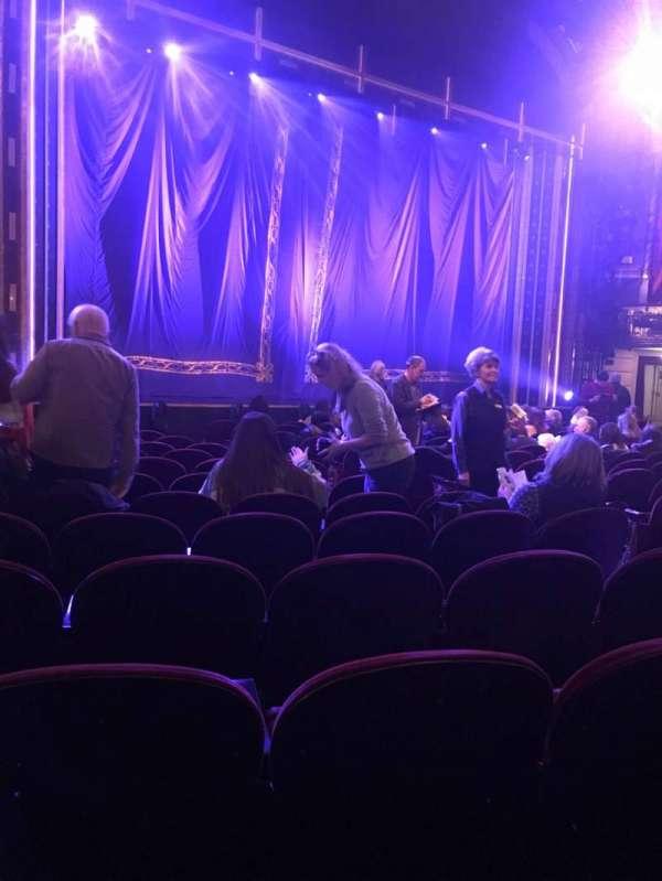 Brooks Atkinson Theatre, secção: Orchestra L, fila: N, lugar: 13