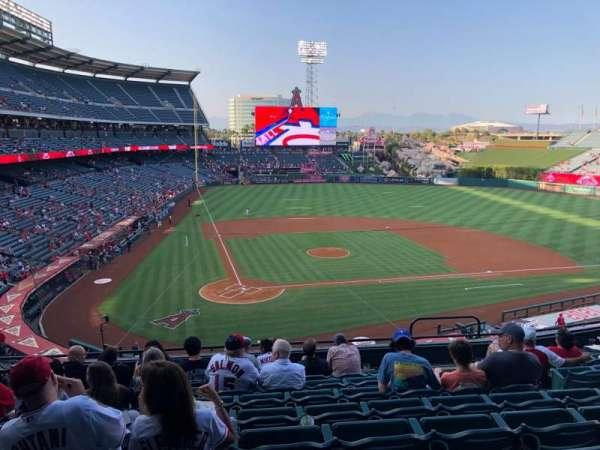 Angel Stadium, secção: 330, fila: H, lugar: 6