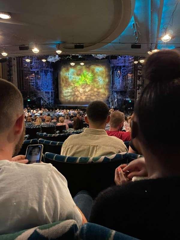 Apollo Victoria Theatre, secção: Stalls, fila: ZF, lugar: 6