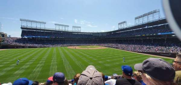 Wrigley Field, secção: Bleachers, fila: Left field, lugar: Middle