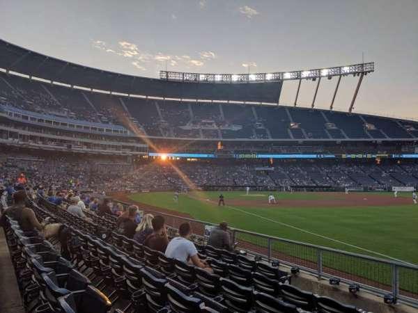Kauffman Stadium, secção: 144, fila: H, lugar: 1