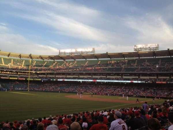 Angel Stadium, secção: F105, fila: R, lugar: 6